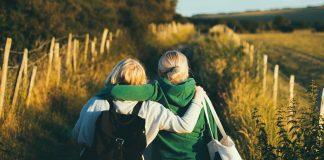 duas jovens na natureza tentando se desconectar do mundo