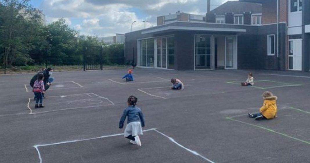 fotos-comoventes-mostram-criancas-francesas-se-adaptando-as-novas-regras-no-retorno-a-escola