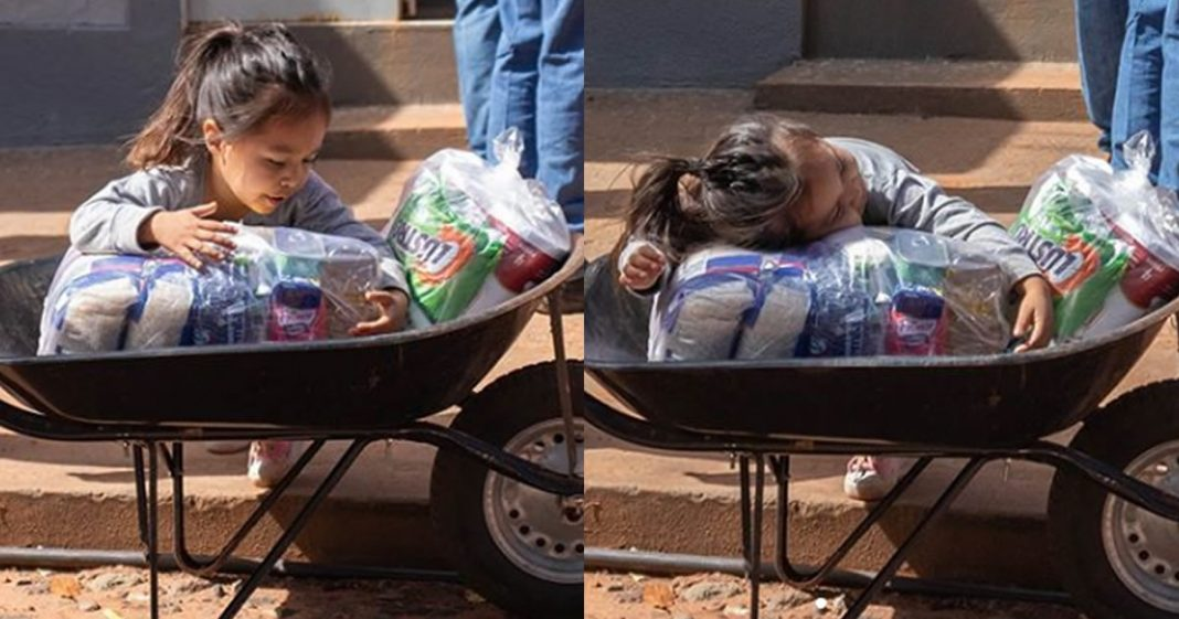 a-felicidade-da-menina-ao-receber-uma-cesta-basica-e-de-cortar-o-coracao