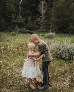irmão-beijando-a-cabeça-da-irma-com-cancer
