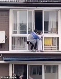 homem-salva-criança