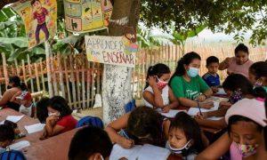escola-jovem-ensina-crianças-sem-internet