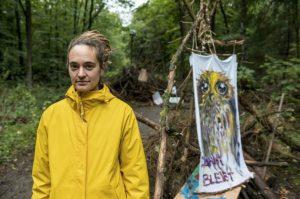 ativista-ajuda-refugiados-e-floresta