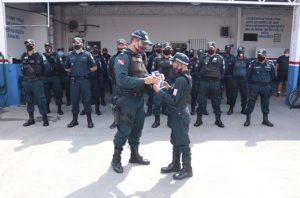 ele-ganhou-uniforme-e-um-diploma-dos-policiais-militares