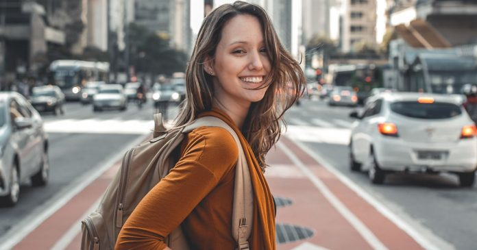 uma-mulher-que-reconhece-o-seu-potencial-e-livre