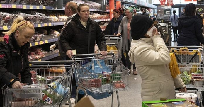 funcionarios-do-supermercado-pedem-para-usar-uma-mascara-por-favor-seja-mais-responsavel