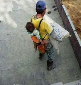 pai-trabalha-com-o-filho-nas-costas