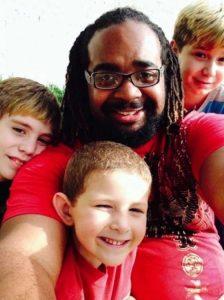 homem-adota-3-filhos-e-diz-cor-de-pele-nao-define-a-nossa-familia
