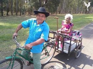 idoso-adapta-bicicleta-para-levar-sua-esposa-para-passear