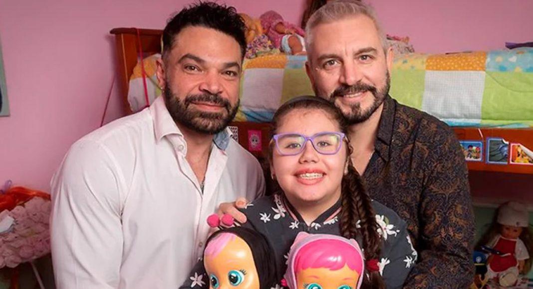casal-adota-crianca-com-leucemia-abandonada-pela-familia-no-hospital-e-apos-8-anos-ela-esta-curada