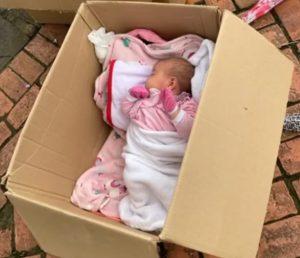 bebe-dorme-em-caixa-de-papelao